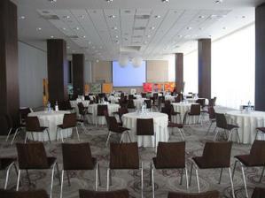 takto nejako to bude vyzerat so stolmi a stolickami, samozrejme s navlekmi a vyzdobou....chce to teraz viac fantazie