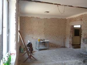 kuchyňa bue spojená s obývačkou a otvoreným prechodom na chodbu a schodisko