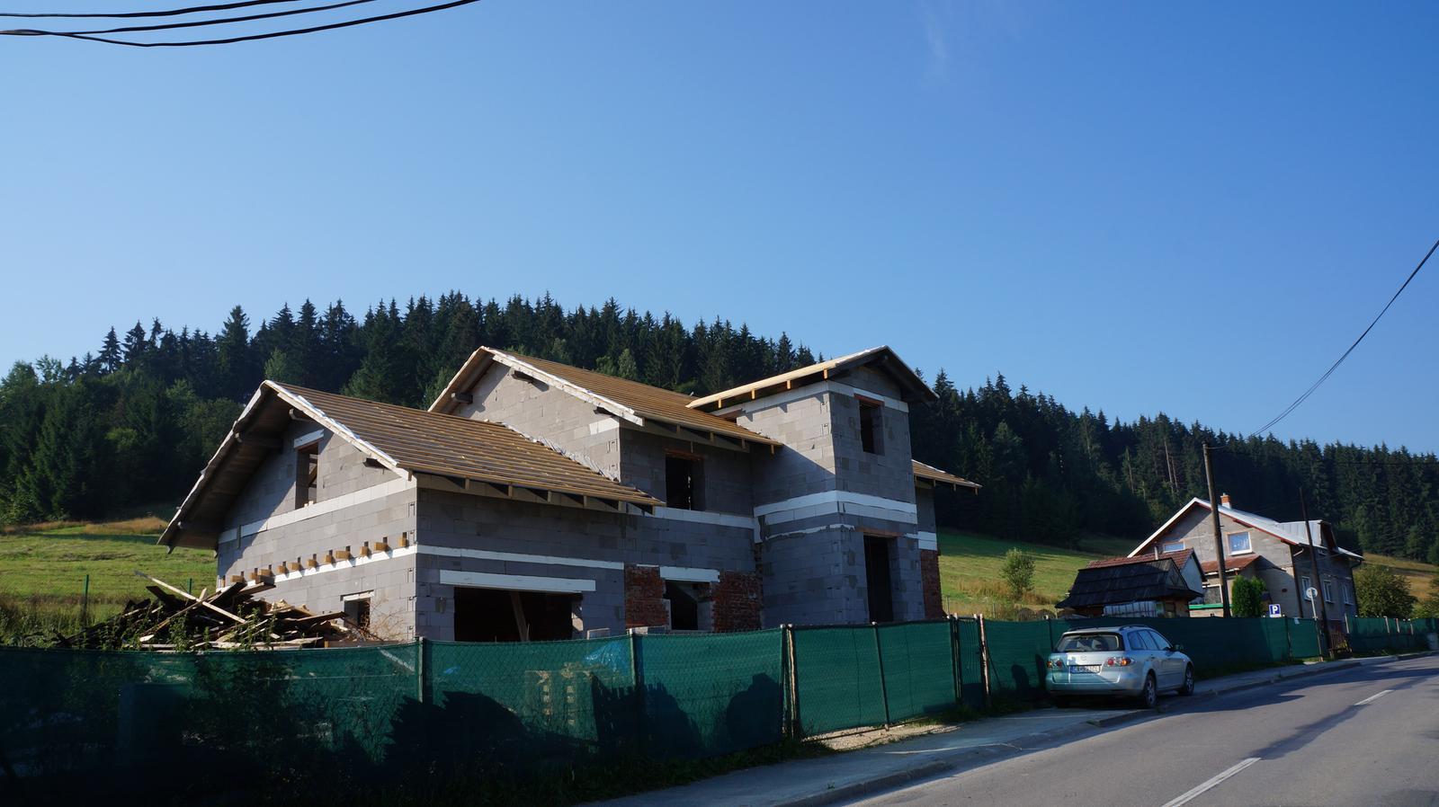 *Sen-stavba-dom-domov * - pohľad od cesty:) chýbajú ešte vchodové schody a nad vchodom bude mierne nadstrešenie :)