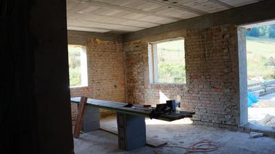 denný priestor, obývačka spojená s kuchyňuo :ň