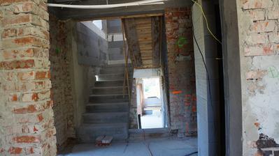 """pohľad """"kuchyne"""" na chodbu a otvorené schodisko - dole sa prejde ku kotolni a do garáže. hore na medziposchodie, kde bude spálňa a ďalej na poschodie s dvoma detskými, šatníkom a kúpelňou :D"""