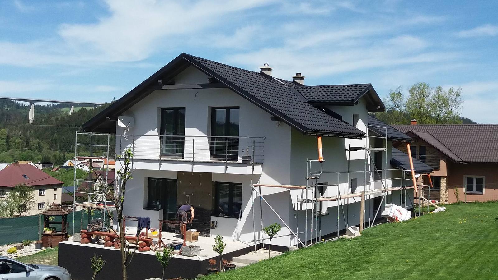 *Sen-stavba-dom-domov * - po troch rokoch prišlo aj na fasádu :) Omietka značka Bauteko odtieň 1441 a marmolit čierny odtieň 5 :)