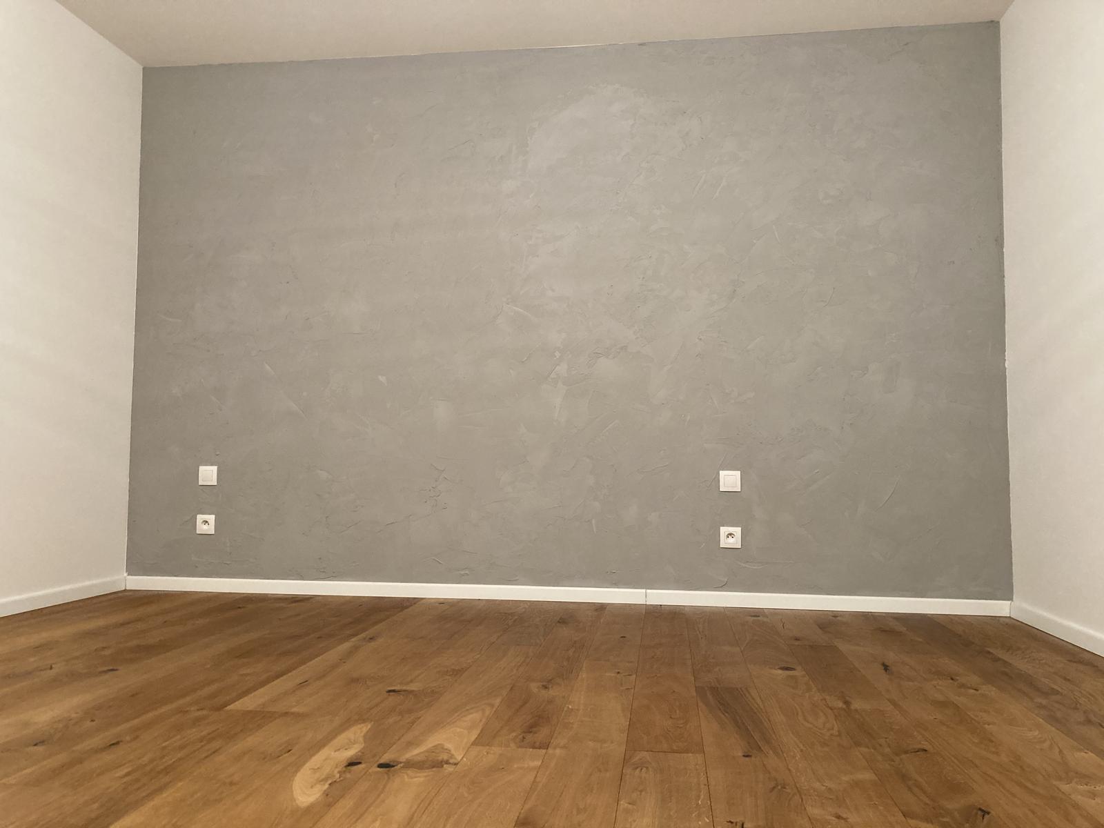 Domov 2020 ❤️ - U nás se maká... vymalováno, bet. stěrka a přeolejovaná podlaha.