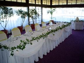 takto bude vyzdobeny stol a v strede srdiecko