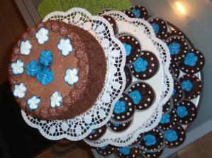 na vrchu torticka pre mladomanzelov na krajanie