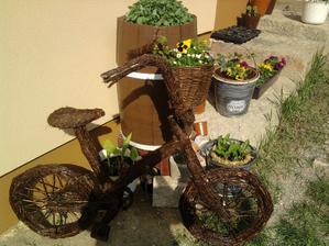 ešte na zadne koleso ide košík s kvetmi....