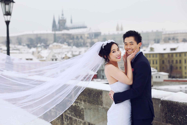 svatebni_foto_pro_vas - zimní svatební focení na Karlově mostě