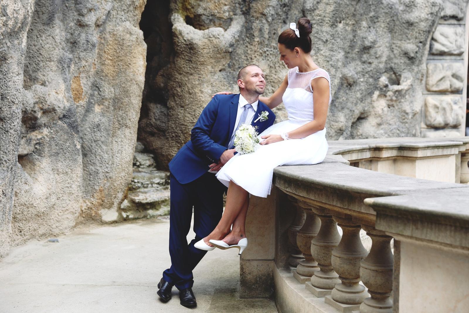 Svatební focení v Grébovce - umělá jeskyně v Grébovce- ženich může na nevěstě oči nechat :)