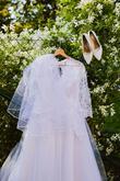 svatební šaty a boty