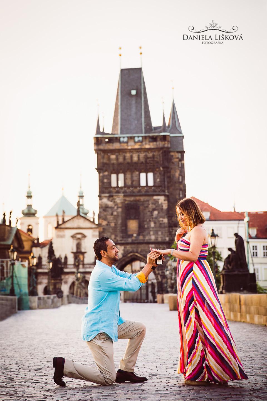 Focení zásnub - žádost o ruku na Karlově mostě - žádost o ruku na Karlově mostě