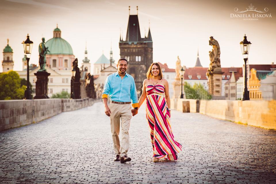 Focení zásnub - žádost o ruku na Karlově mostě - Romantické focení na Karlově mostě
