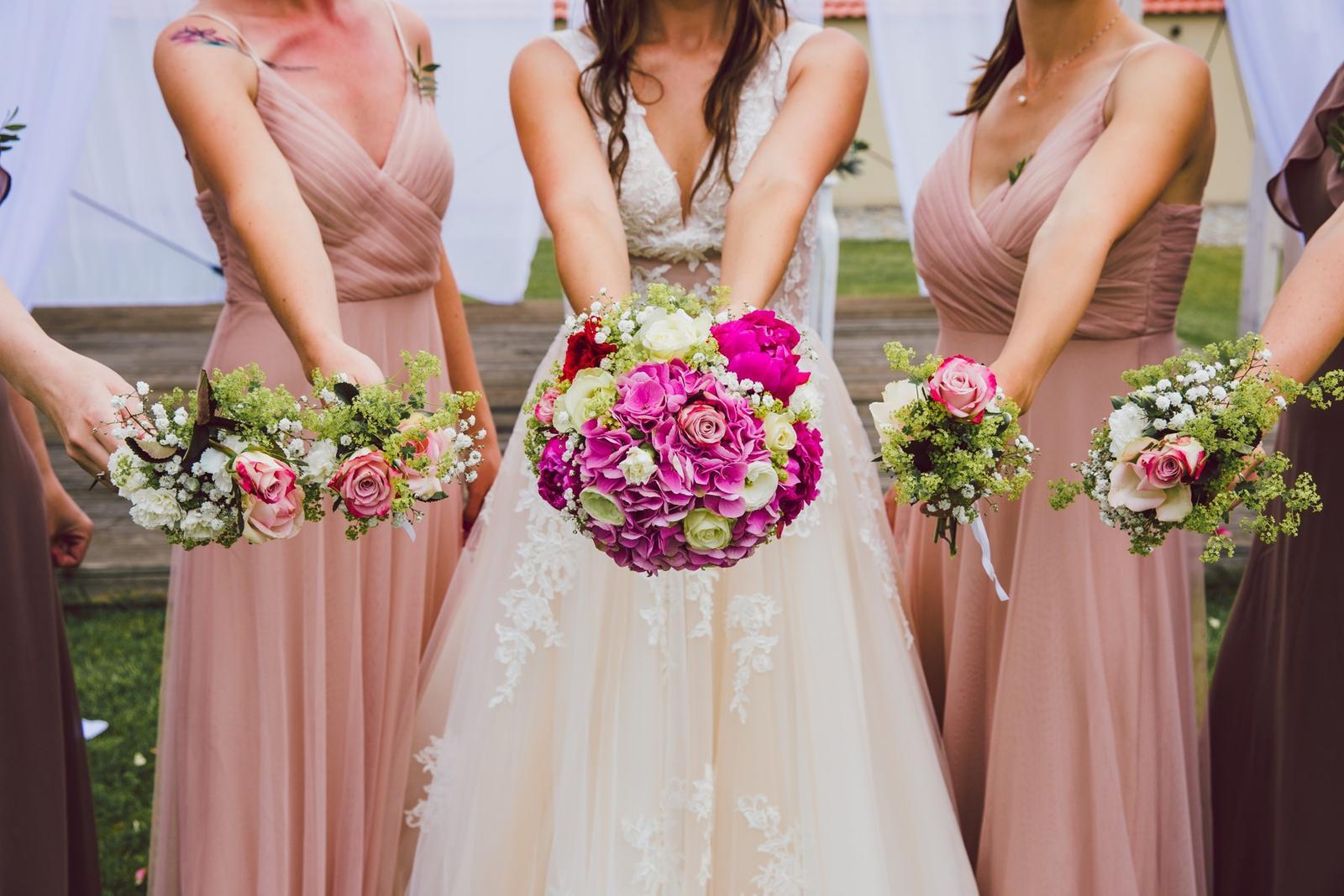 Svatební detaily - svatební kytice družiček a nevěsty - detail