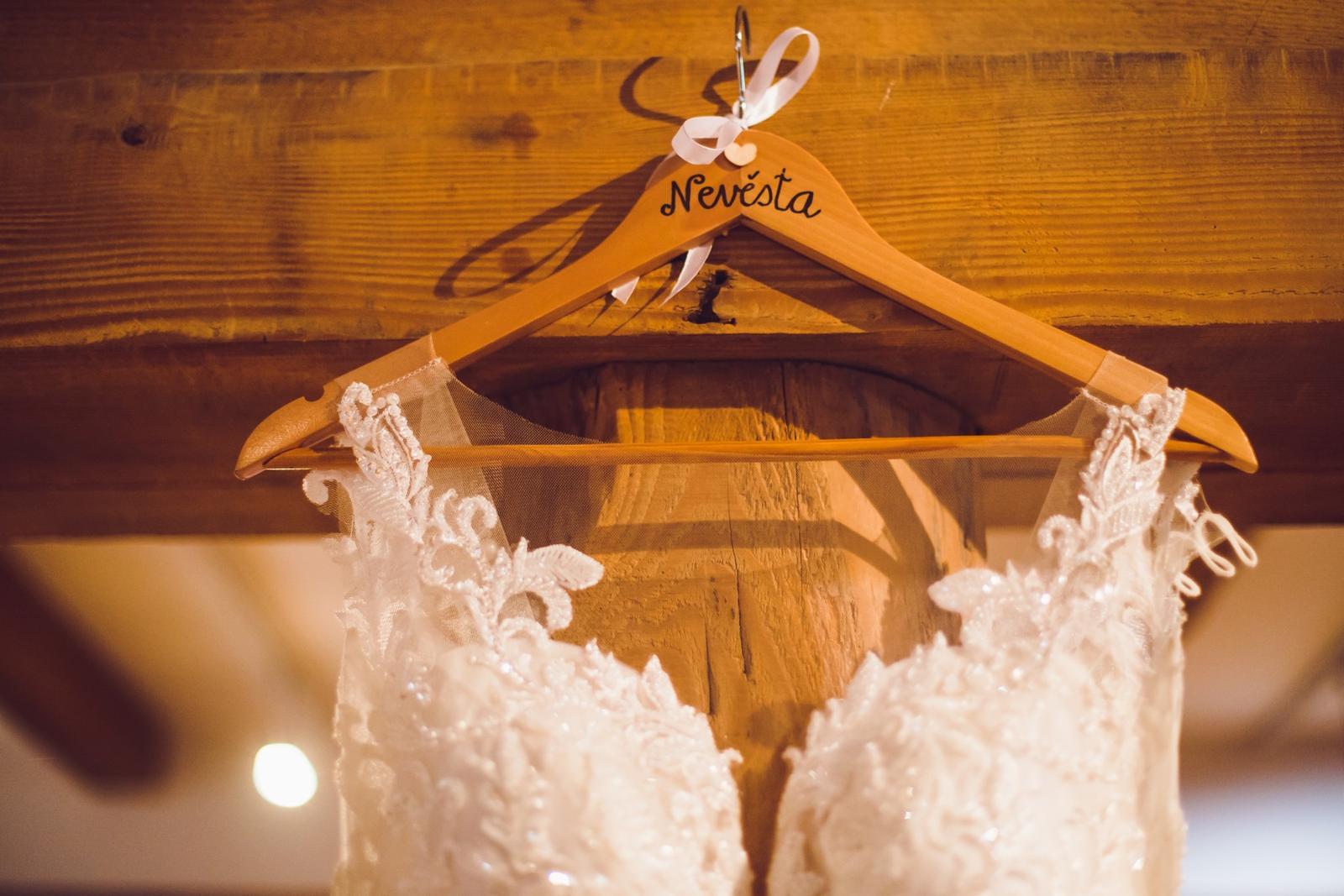 Svatební detaily - svatební šaty