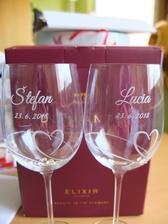 Naše svadobné poháre sme objednávali zo stránky http://www.diamante.sk/. Nakoľko nám prvýkrát poslali iný typ pohárov ako sme si objednali, máme dva páry.