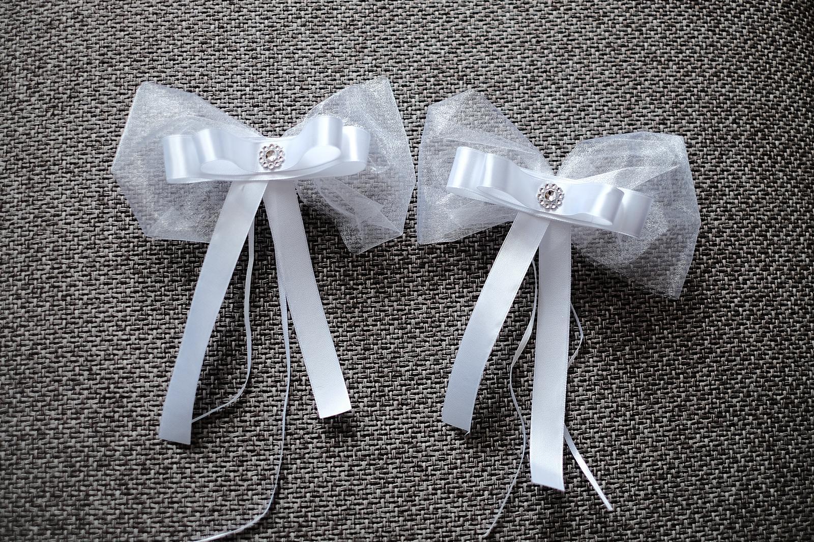 ♥ Prípravy v plnom prúde ♥ - Ozdobné mašle na autá svadobných hostí🎀