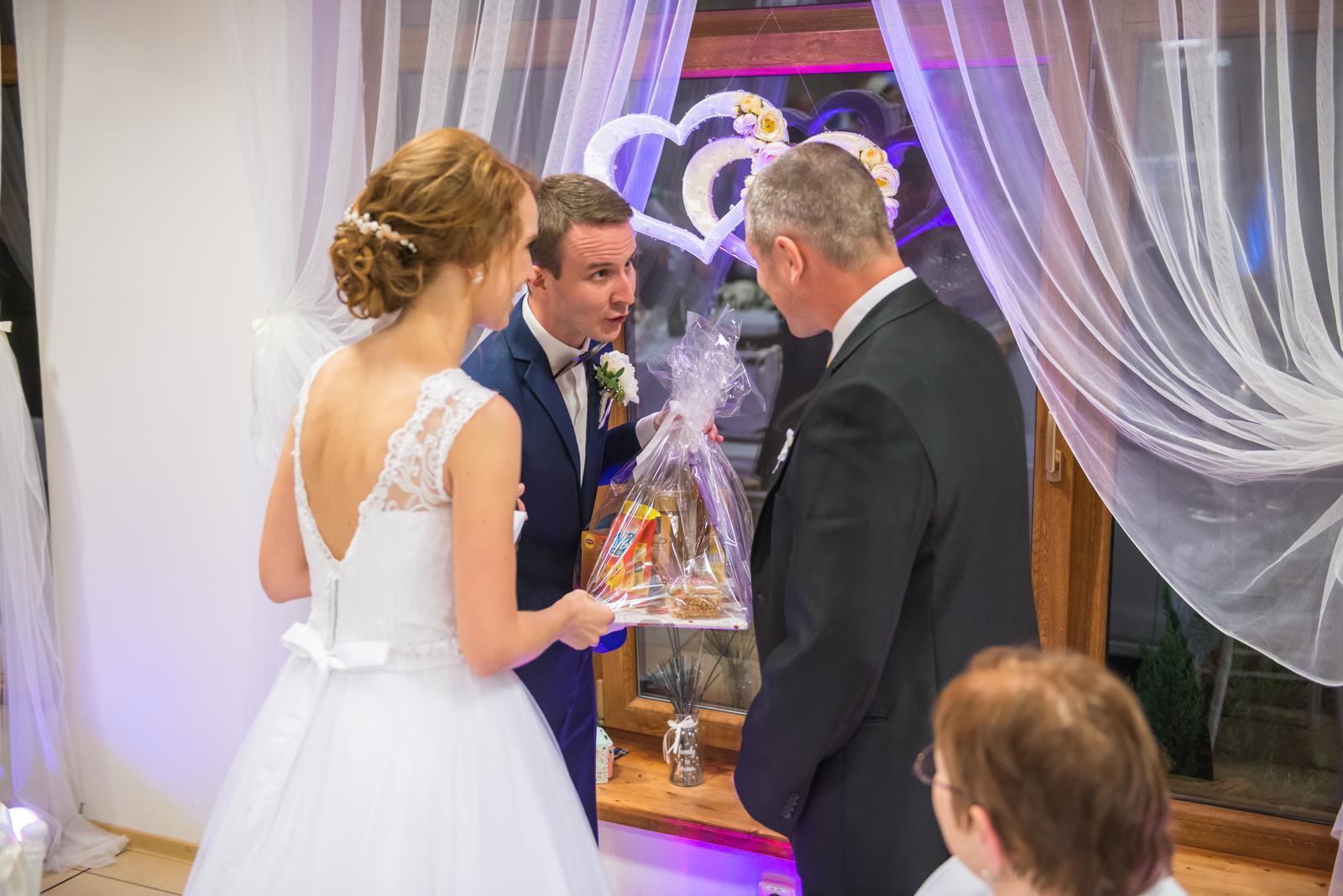 Lucia{{_AND_}}Štefan - Výherca svadobného binga vyhral darčekový kôs plný dobrôt.