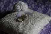 Něžný polštářek na svatební prstýnky,