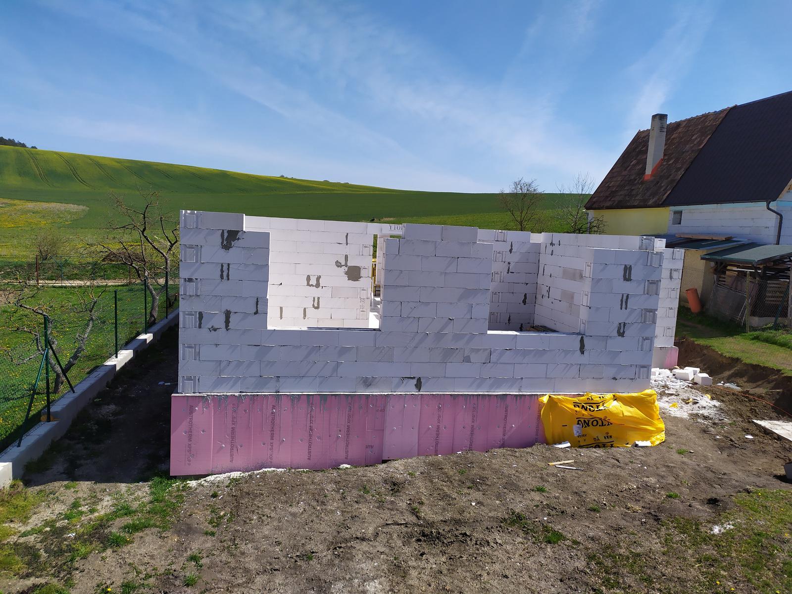 Stavba domu - Svojpomocne 🏠 - Tak a konečne hotovo... Stekance si netreba všímať , robil som to prvý krát 🙂