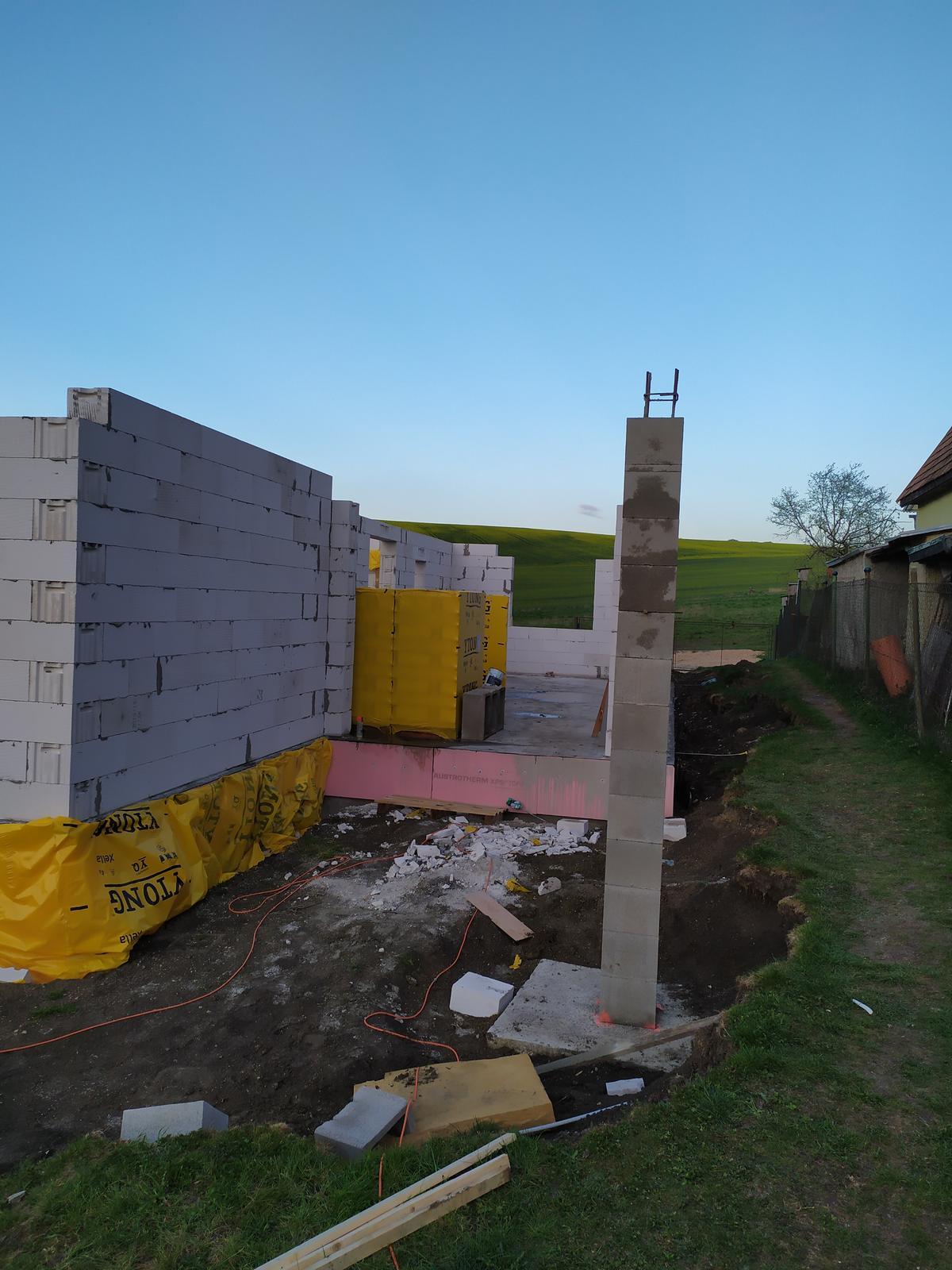 Stavba domu - Svojpomocne 🏠 - Medzi tým aj stĺp postavený