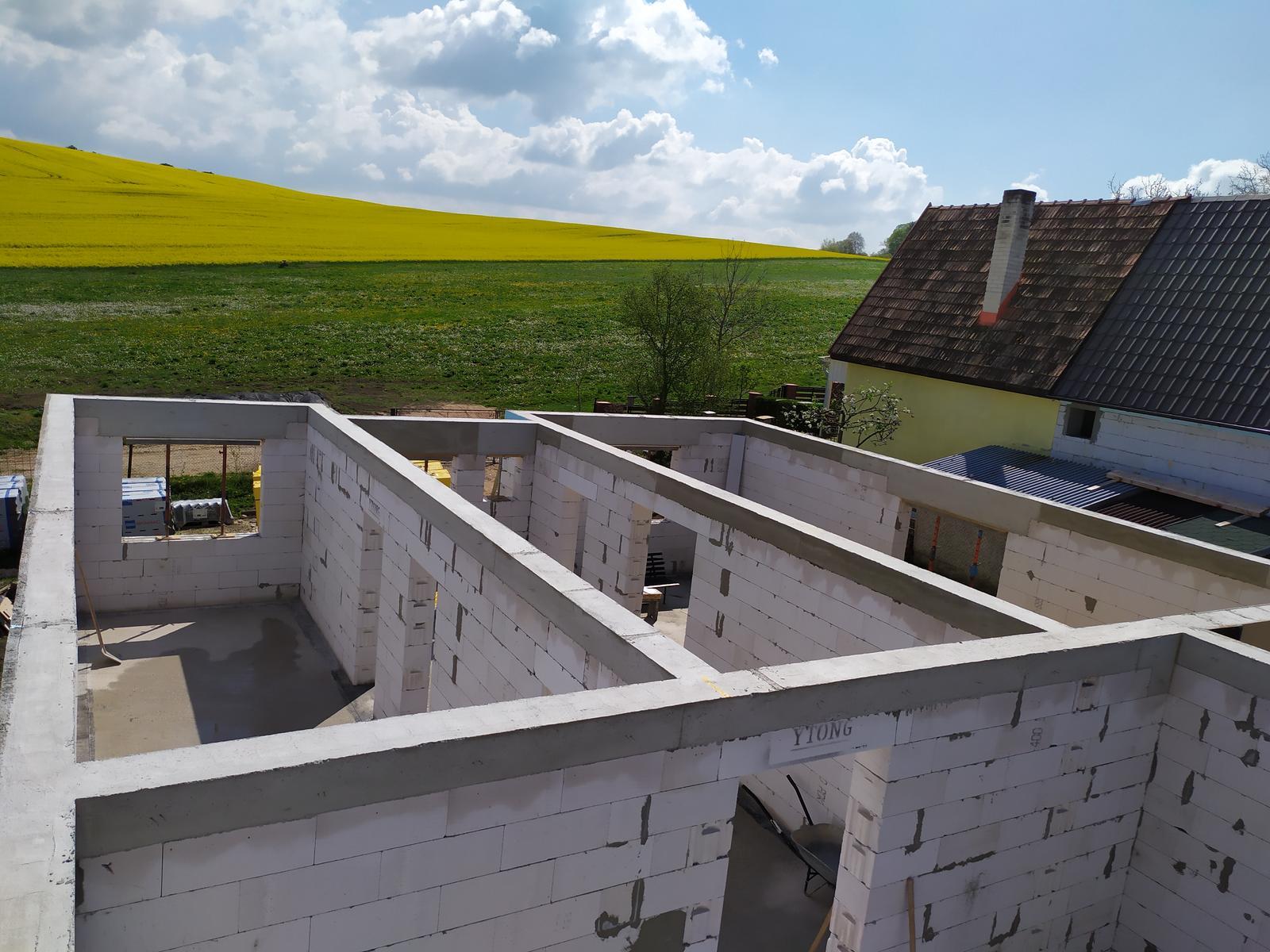 Stavba domu - Svojpomocne 🏠 - 9m3 betónu išlo do venca + okonne preklady