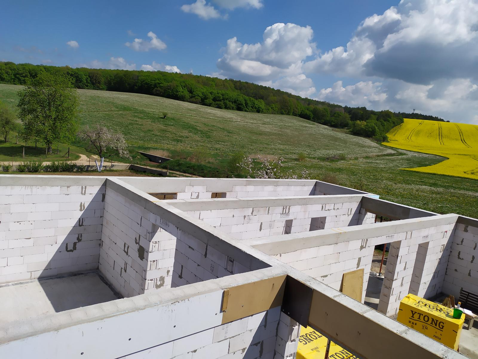Stavba domu - Svojpomocne 🏠 - Do tohoto momentu úplne  všetko svojpomocne , teraz sú na rade strechari