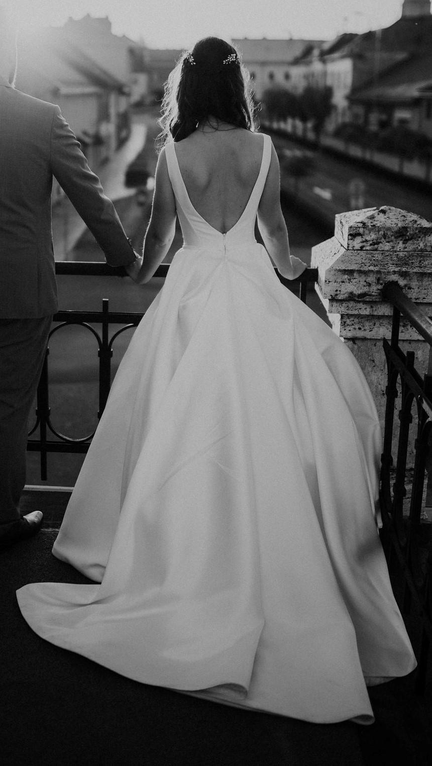 Saténové svadobné šaty s vlečkou - Obrázok č. 1