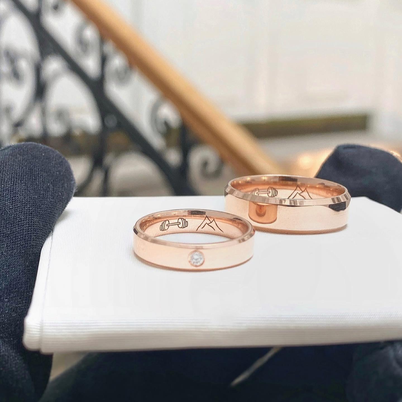 egne - Svadobné obrúčky z ružového zlata do ktorého sme vygravírovali motívy podľa predstáv budúcich svadobčanov