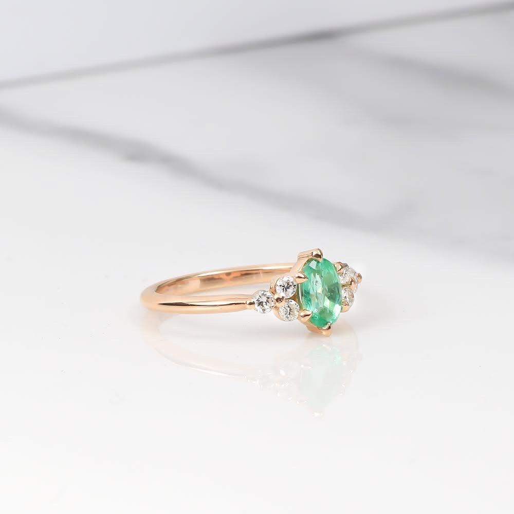 egne - Zásnubný prsteň so smaragdom a postrannými diamantmi - model Elena z nášho e-shopu