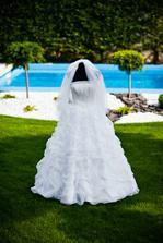 ...v týchto šatách tiež vznikli krasne predsvadobne fotky na Devíne :-) ... priznávam že s tou figurinou som sa inširovala tu na mojej svadbe od jednej z vas :-) inak super nápad, diki