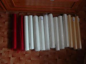 Červená na židle a na stoly,bílá na židle a krémová na na stoly.....nebo je to obráceně.....no,nějak to dopadne;)