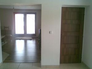 Vchod do obýváku, dveře do sklepa...