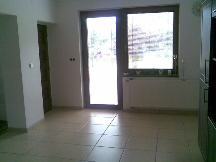 Jak jsme se začali pomalu zabydlovat... - Pod tímto oknem bude jídelní stůl...fr.dveře vedou na terásku:-)