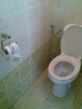 záchod ve sklepě u dílny-všimněte si toaleťáku mého přítele:-)))