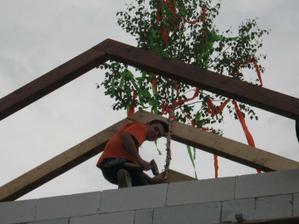 Postavení májky na krov, střecha dělá dům:)