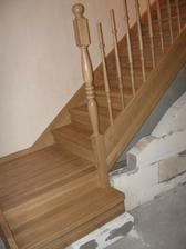 Dubové schody-ještě se musí dodělat a brzo budeme ťapkat do podkroví jako normální lidi a ne jak opice:-)