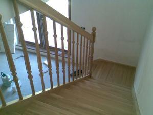 Po schodech dolů.