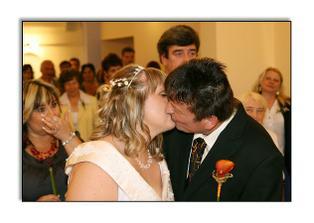 První novomanželský polibek..