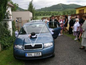 Ženichovo auto na odjezd z domu..