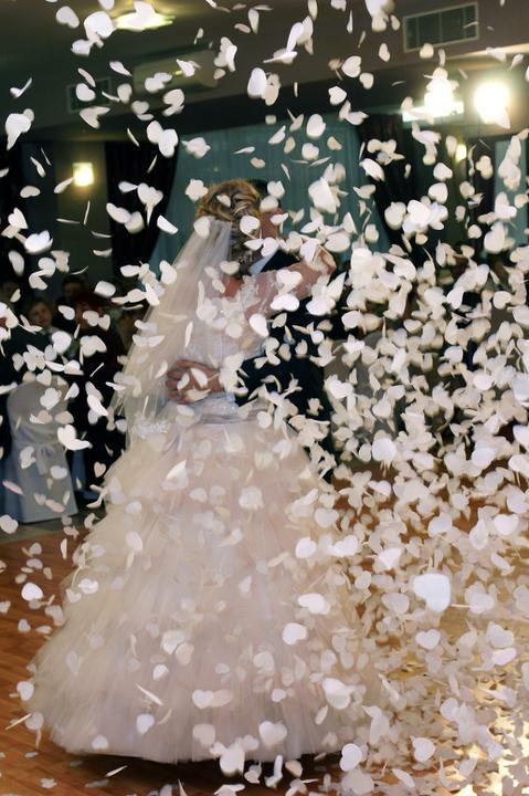 Zuzka{{_AND_}}Peťko - náš prvý nacvičený tanček...Tri oriečky pre popolušku zakončený srdiečkovým ohňostrojom...ten okamih si uchovám navždy...nádherná spomienka ako aj celá svadba:)