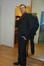 ještě červenou vestičku s kravatou, bílou košili a hlavně sundat visačky a jdeme na to!!!!