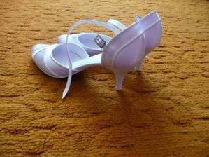 po veľkom hľadaní som našla topánočky pre mňa, bohužiaľ tie ktoré som strašne chcela nemôhla som zohnať :((((((((