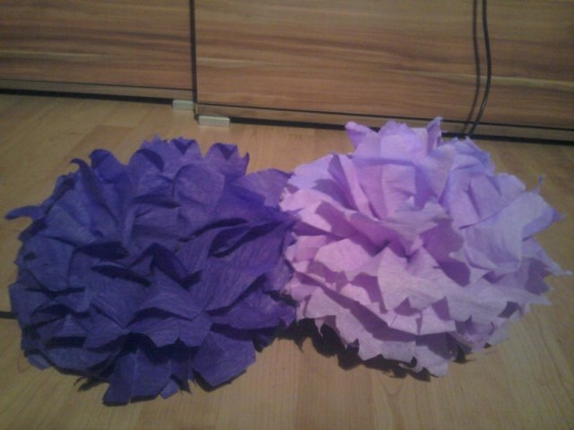 Už naše na svadbičku :) - krepové gule, ale budem ich robiť z hodvábneho papiera :)