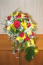 nebo je lepší žlutá kombinace ? Složení: růže, frézie, zeleň, držák piaflor, gypsofila, stužka