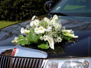 Na mém autě bude nakonec umělá kytice, ale v podobném stylu jako tato.