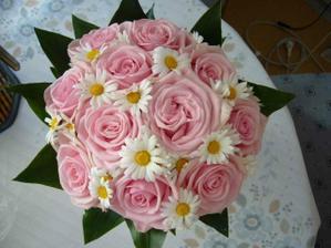 užasný kompromis mezi mojí oblíbenou květenou (kopretinou) a maminčiným tvrzením, že určitě budu mít růže...
