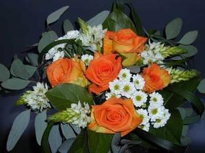 Taková kombinace to bude, ale oranžová poupátka budou uprostřed a okolo budou tyto malé chryzantémy. Dozdobeno perličkami