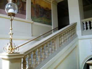 První strana schodiště por freskama