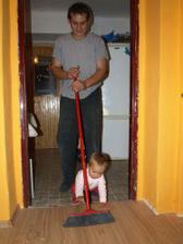 pomáháme mamce s úklidem