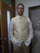 skúška kravaty a vesty, ktoré nakoniec zarezervoval inde. a iné. túto košeľu bude mať