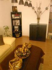 aranžmán na stole v obývačke v pozadí halúzky ešte bez stromčeka:)